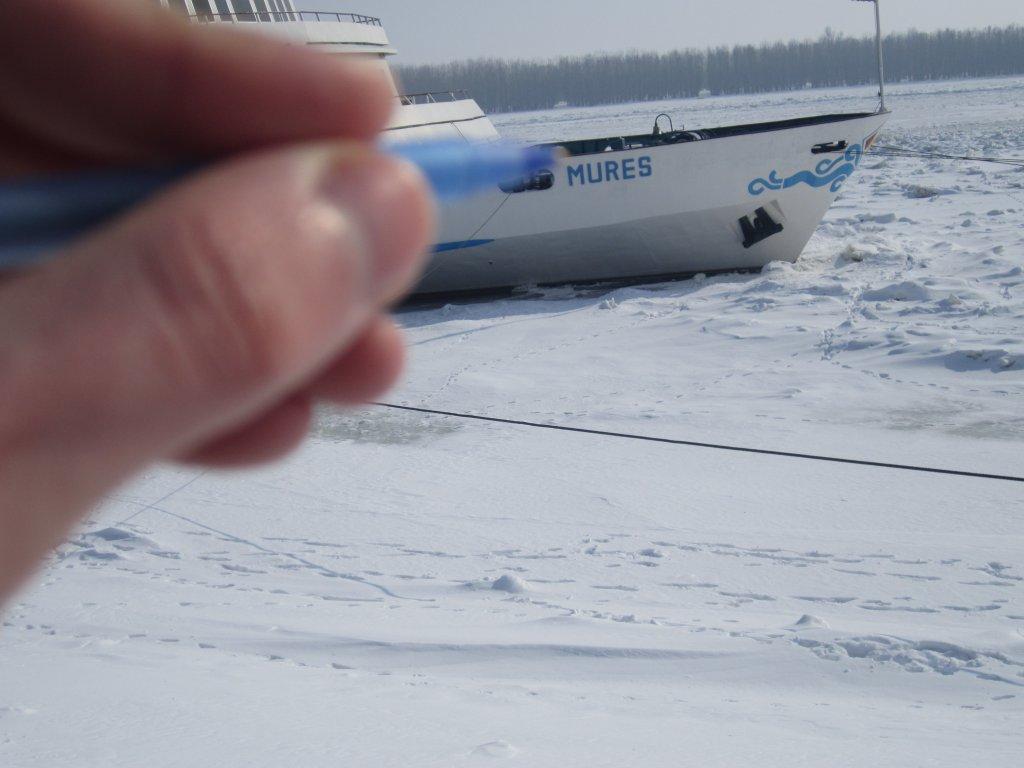 prova nava prinsa intre sloiuri de gheata